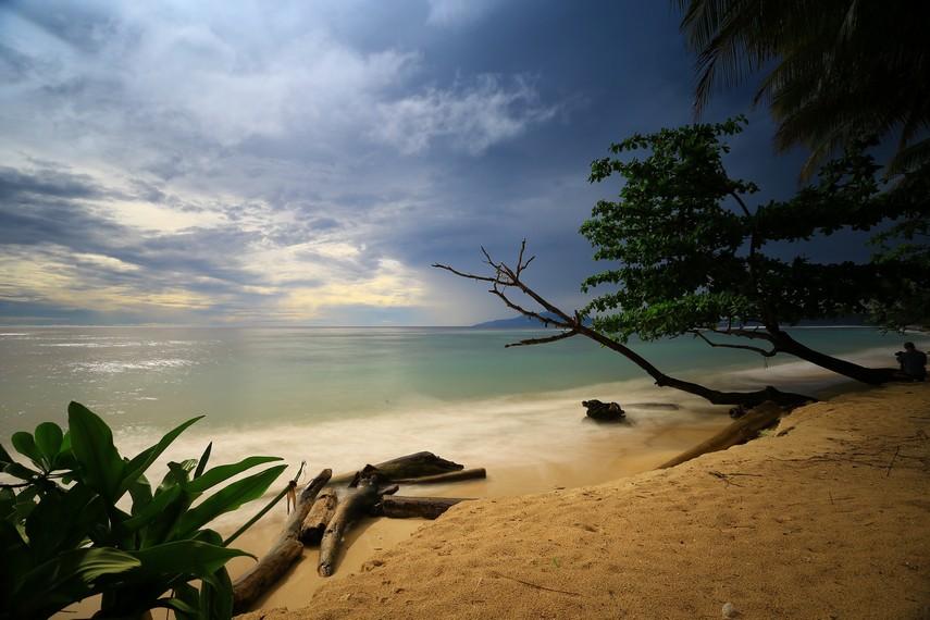 Pantai Base G Jayapura yang indah dan sarat akan cerita sejarah