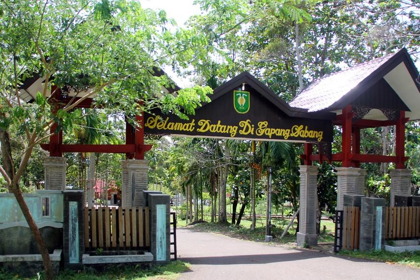 Pantai Gapang berada lebih ke Selatan dari Pantai Iboih dan cukup dikenal di komunitas backpacker internasional