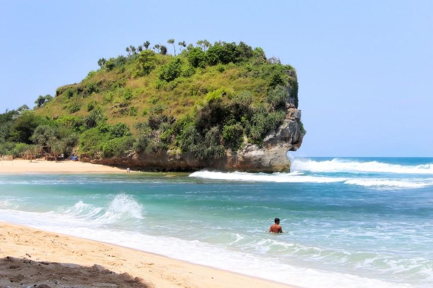 Pantai Indrayanti terletak di sebelah timur Pantai Sundak