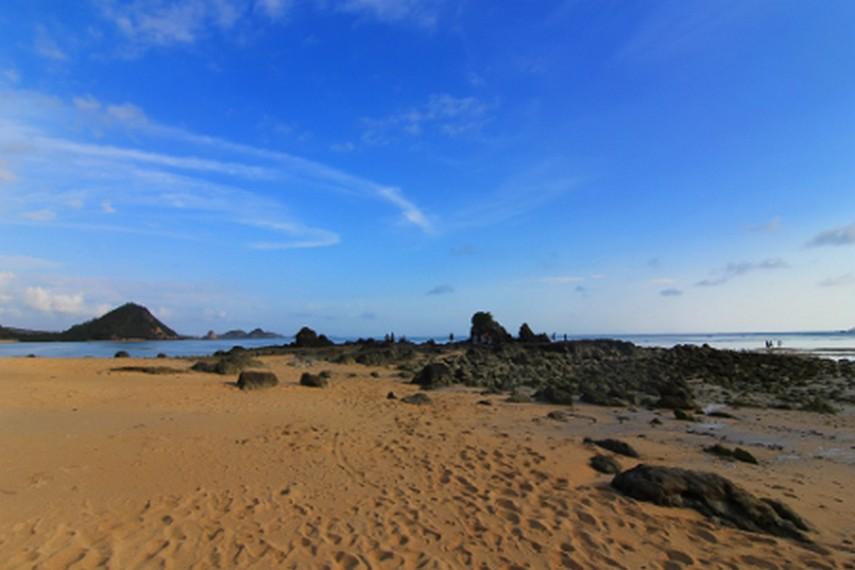 Pantai Kuta berjarak sekitar 57 km dari Lombok atau sekitar 2 jam perjalanan
