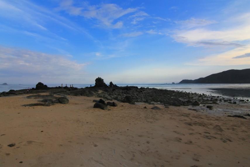 Pantai Kuta menjadi pantai yang paling populer di wilayah Lombok Tengah