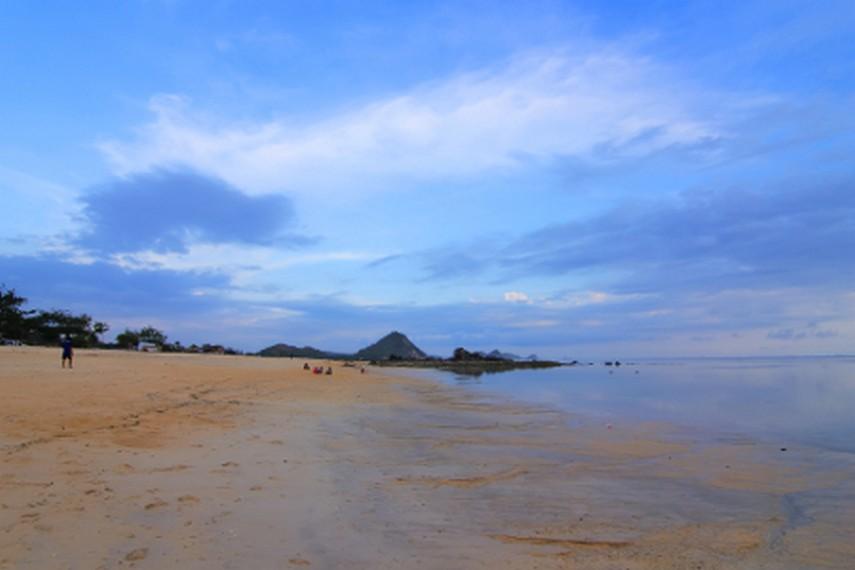 Pantai Kuta terletak di Desa Kuta, Lombok Tengah, NTB