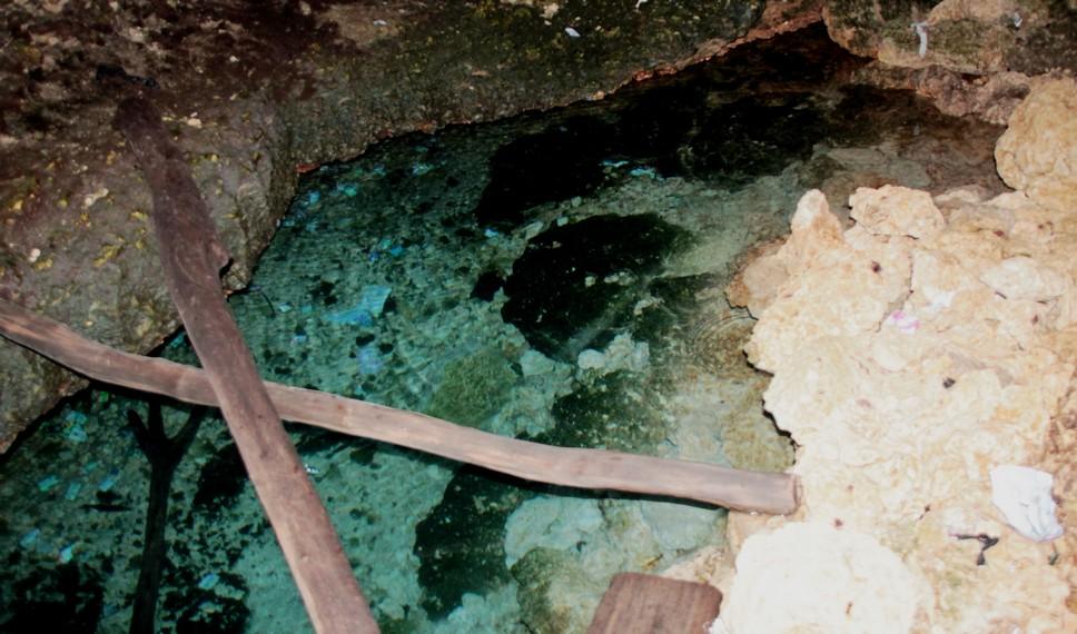 Pantai Lemo-Lemo juga memiliki gua berair jernih yang letaknya bersebelahan
