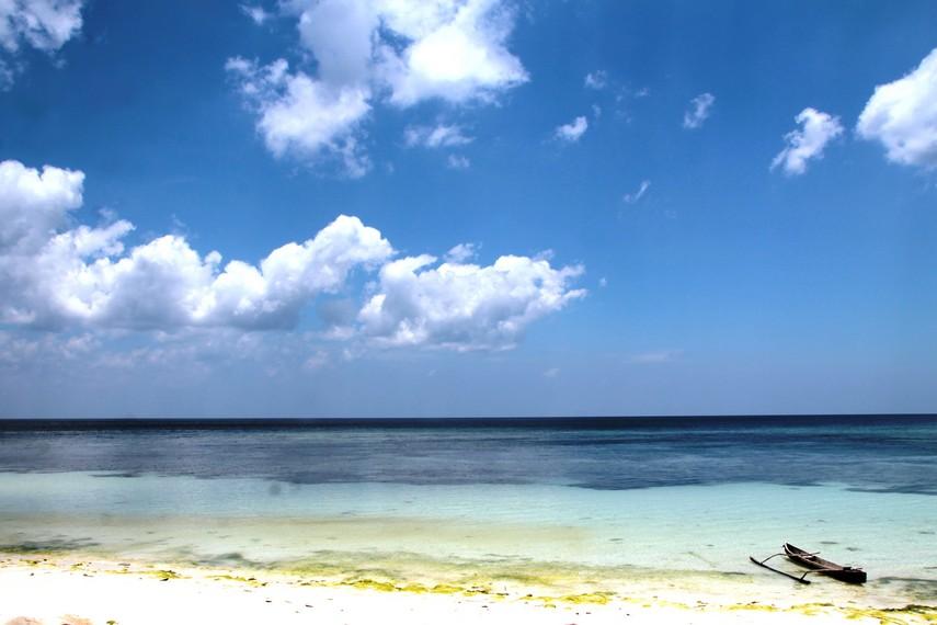 Pantai Lemo-Lemo sangat pas buat pengunjung yang mencari suasana sunyi dan hening