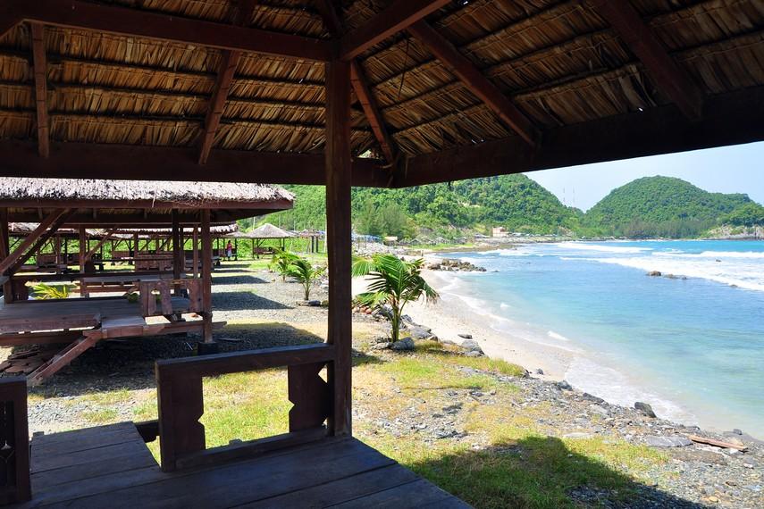 Pantai Lhoknga terbentang dari daerah belakang Lapangan Golf hingga Taman Tepi Laut, sebelah Barat  Aceh Besar