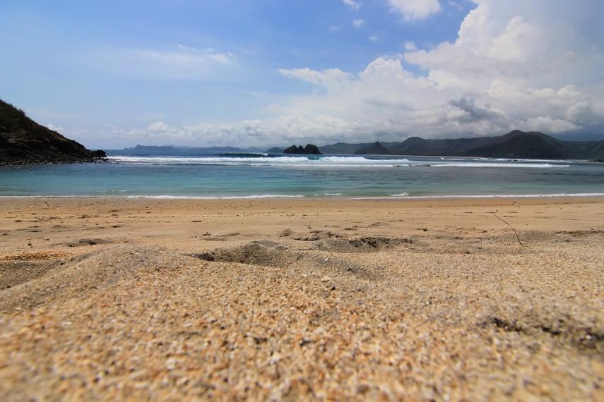 Pantai Mawi terletak di sebelah selatan Kabupaten Lombok Tengah, Lombok, NTB