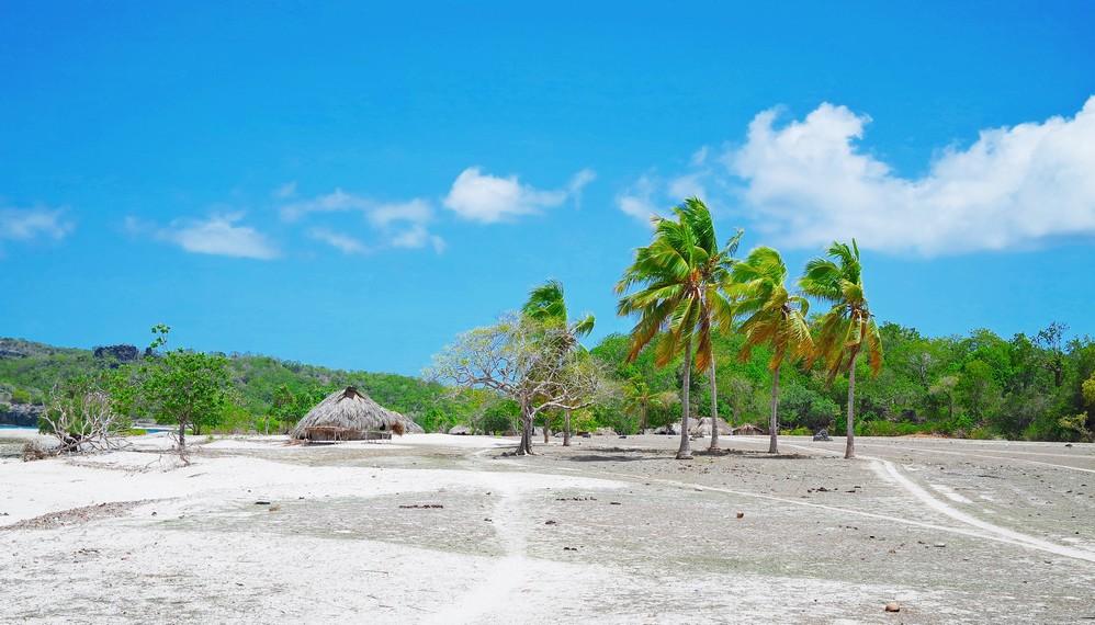 Pantai Oeseli terletak di Desa Oeseli, Kecamatan Rote Barat Daya, NTT