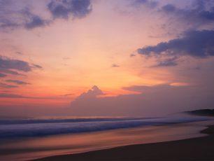 Ombak, Penyu, dan Matahari Tenggelam di Pantai Pangumbahan