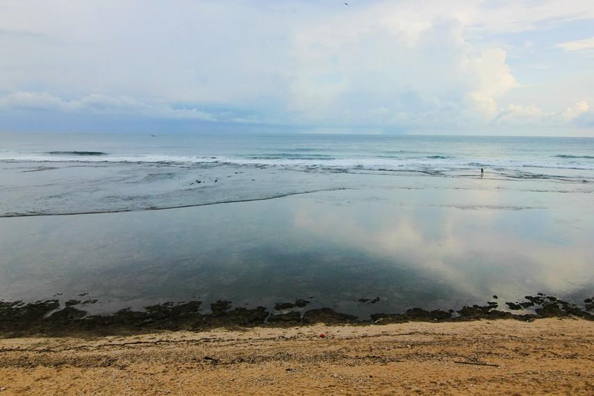Pantai Sayang Heulang berlokasi di Desa Mancagahar, Kecamatan Pameungpeuk, Garut, Jawa Barat,