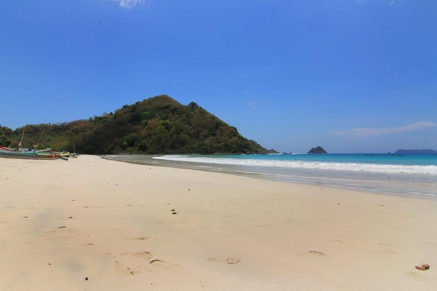 Pantai Selong Belanak berjarak sekitar 60 km ke arah selatan dari pusat Kota Mataram