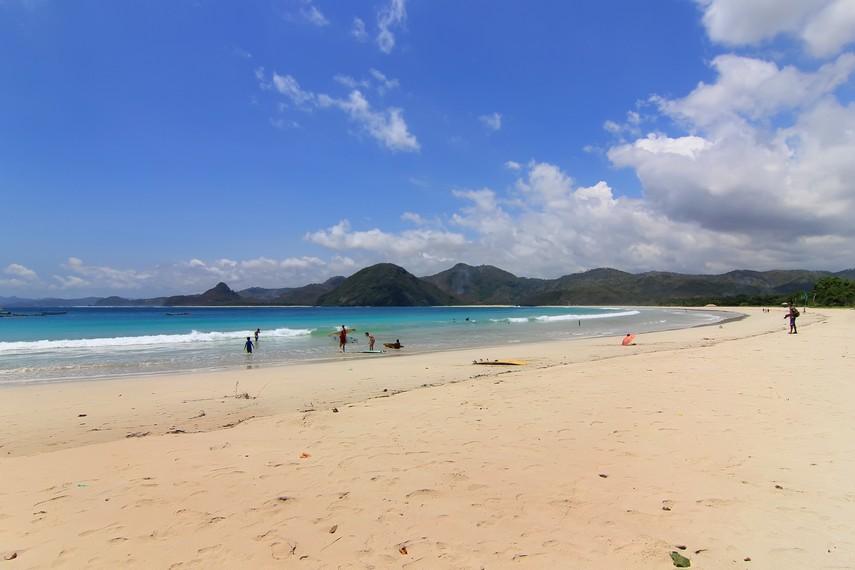 Pantai Selong Belanak memiliki garis pantai yang panjang dan pasir putih