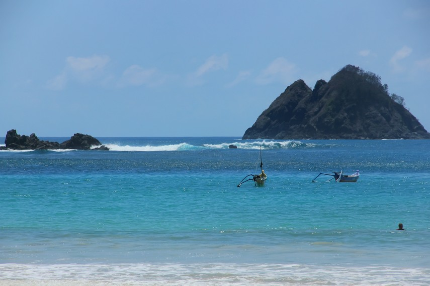 Pantai Selong Belanak memiliki kelebihan tersendiri yakni adanya dua jenis ombak yang berbeda