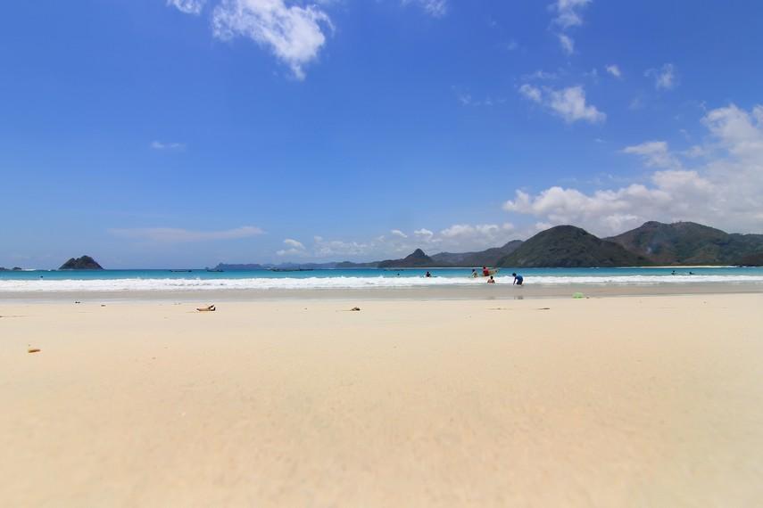 Pantai Selong Belanak terletak di Desa Selong Belanak, Lombok Tengah, NTB
