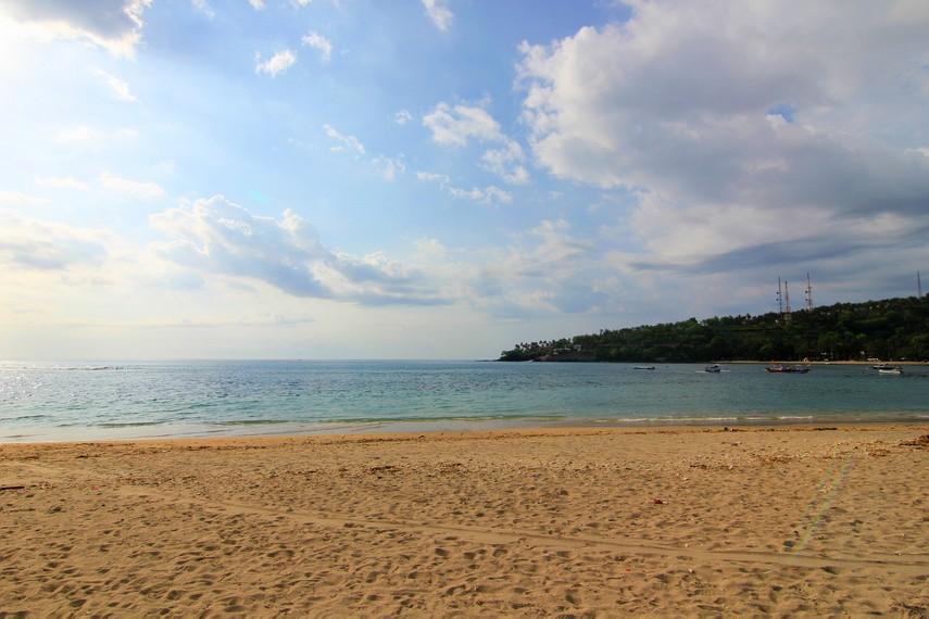 Pantai Senggigi merupakan pantai paling populer di wilayah Lombok Barat
