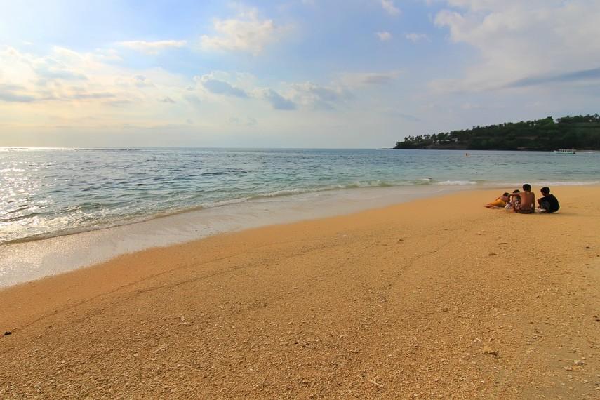 Pantai Senggigi terletak di Jalan Raya Senggigi, Lombok Barat, Nusa Tenggara Barat