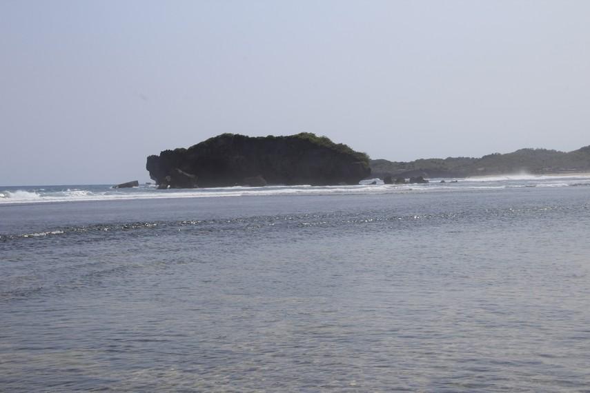 Di sekitar kawasan pantai terdapat karang yang menambah indah suasana