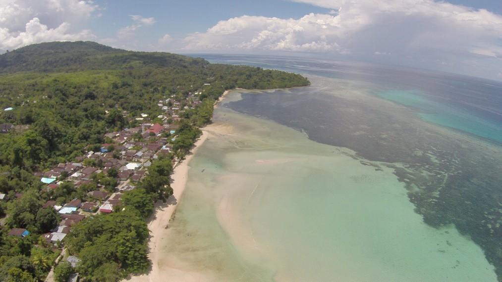 Pantai Sopapei dan wilayah perairan di sekitarnya dilihat dari ketinggian