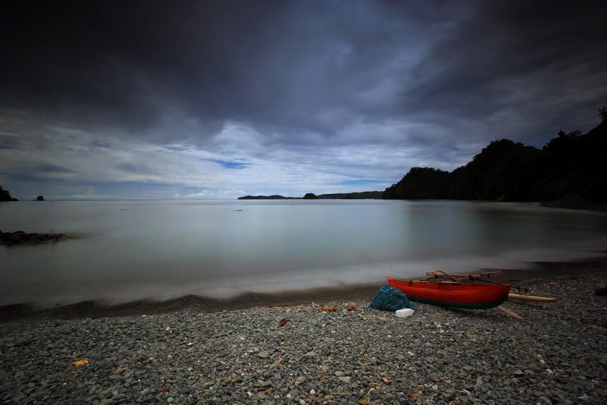 Pantai Tablanusu yang tidak berpasir, namun berselimutkan kerikil-kerikil