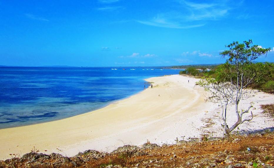 Pantai Tablolong berada di ujung selatan pulau Timor ini, berjarak 30 km dari pusat Kota Kupang