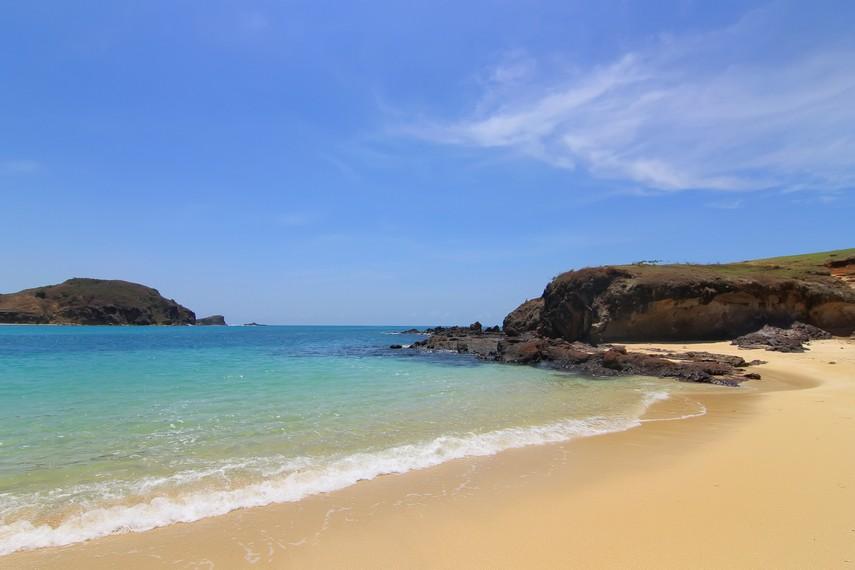 Pantai Tanjung Aan berjarak 57 km atau sekitar 2 jam perjalanan dari Kota Mataram