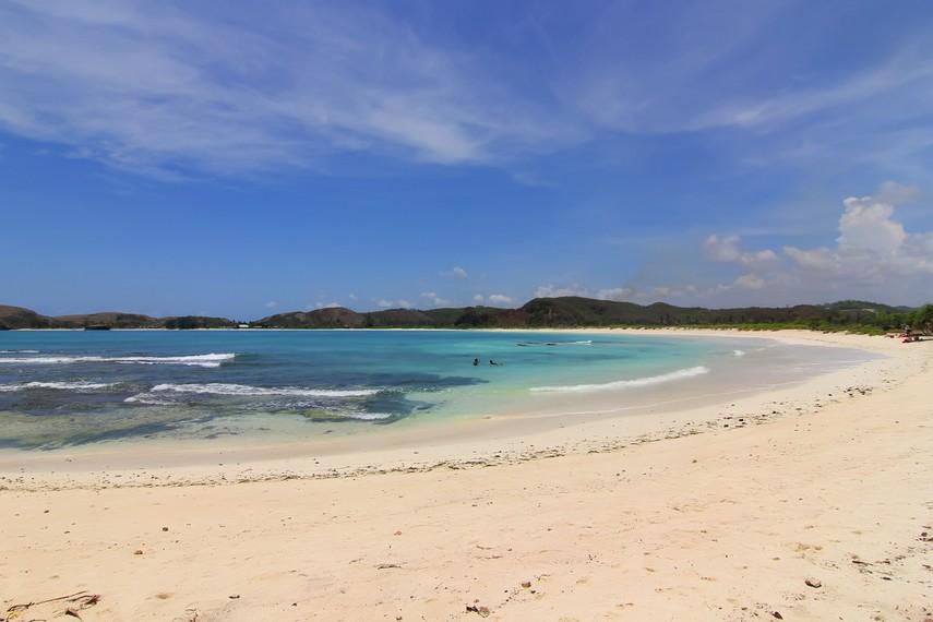 Pantai Tanjung Aan memiliki garis pantai yang panjang serta pasir bertekstur putih dan lembut