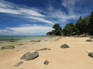 Menikmati Keheningan Suasana di Pantai Tanjung Batu