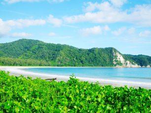 Perpaduan Pasir Putih dan Langit Biru di Pantai Tarimbang, Sumba Timur
