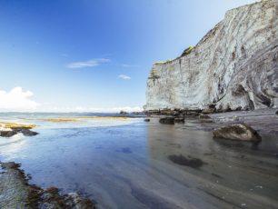 Menatap Kesunyian Tebing Pantai di Watu Parunu