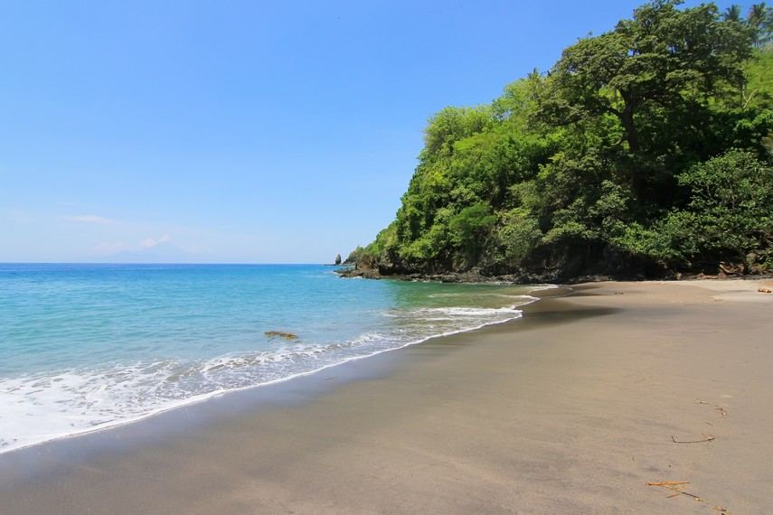 Pantai ini berjarak sekitar 40 km dari Kota Mataram atau sekitar 1 jam perjalanan darat
