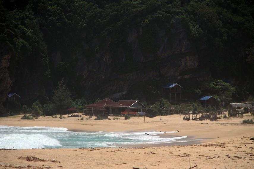 Pantai ini pun telah dilengkapi fasilitas penginapan, dari losmen hingga cottage