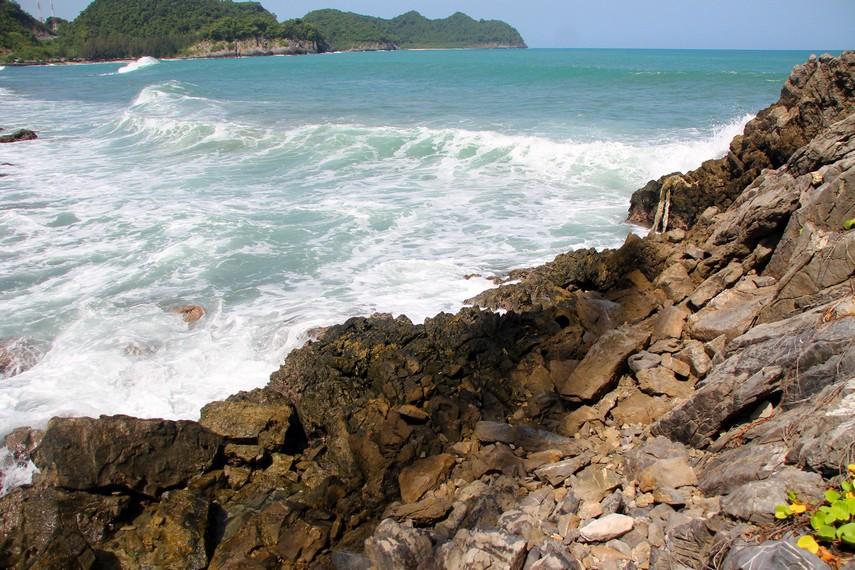 Pantai yang berbatu karang membuat Lhoknga memiliki pecahan ombak yang cocok untuk berselancar
