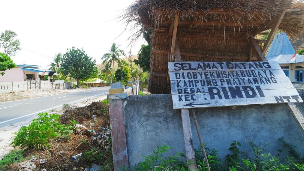 Papan petunjuk Objek Wisata Desa Praiyawang yang nampak tak terawat