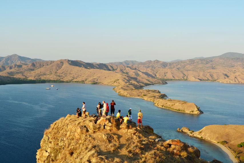 Para pengunjung seusai menanti matahari terbit dari puncak Gili Lawa