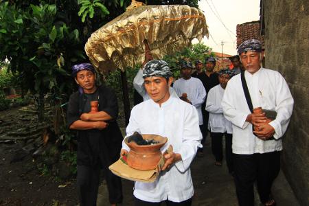 Para kokolot mengambil tujuh mata air suci meliputi Cipamali, Cimaeja, Cikubang, Cimalipah, Ciputri, Cienging, dan sumur Sri Baginda Jalutunda