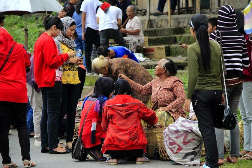 Para pedagang salak menjajakan salak kepada pengunjung Desa Wisata Agro Bangunkerto