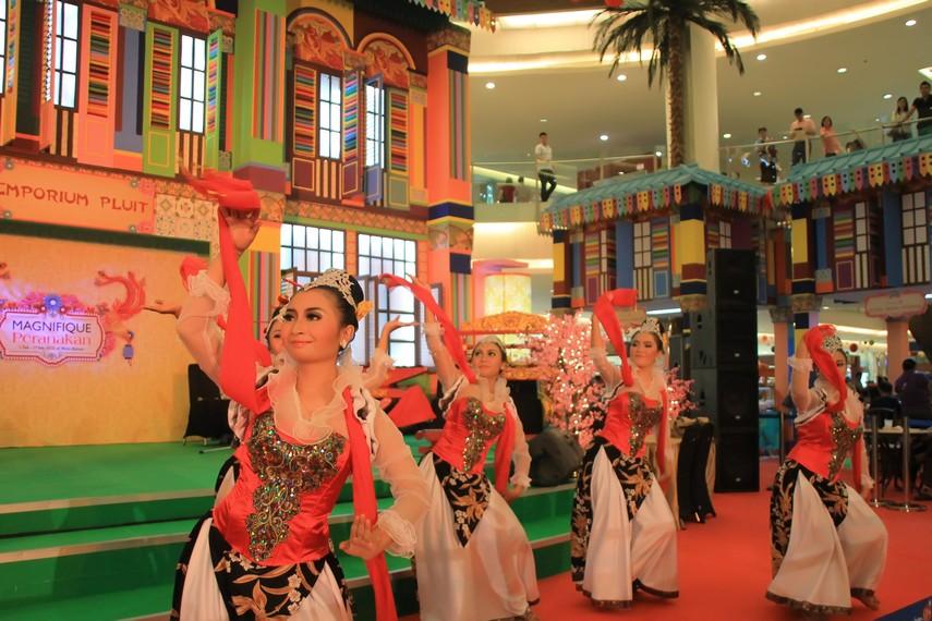 Para penari mengajak tamu ikut menari dengan cara mengalungkan selendang mereka ke leher para tamu