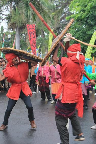 Para petarung menggunakan tongkat yang disebut sesambu dan perisai yang disebut empar