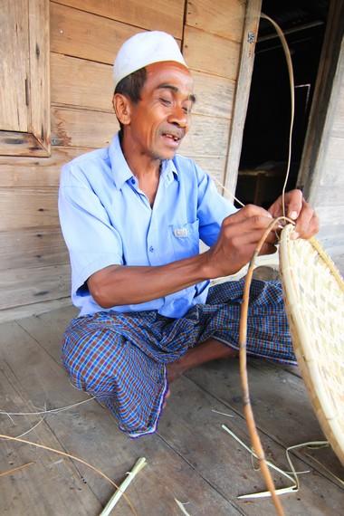 Para pria di desa ini sering menghabiskan waktu senggang dengan membuat kerajinan dan merokok jontal