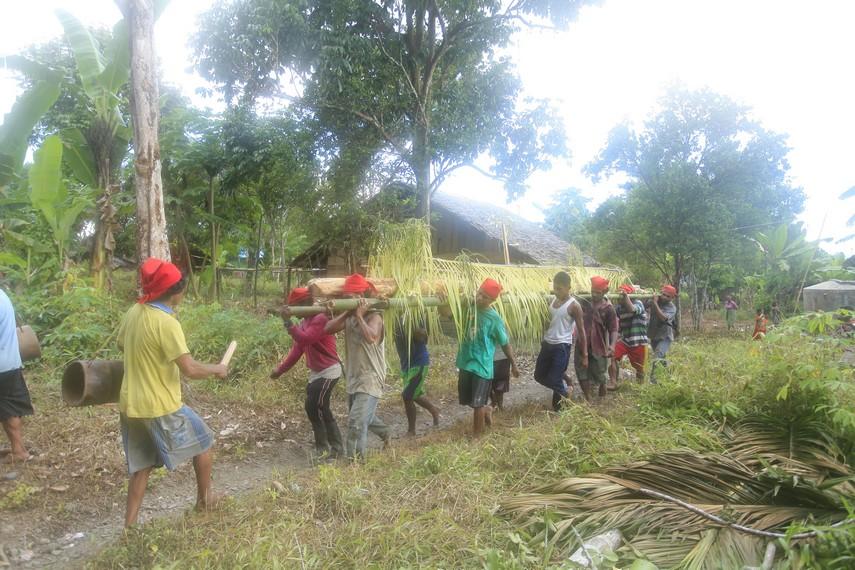 Para pria di suku Naulu