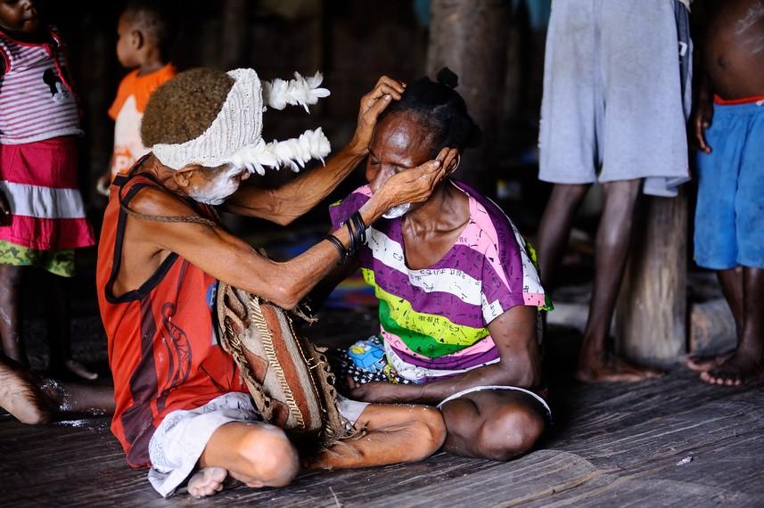 Para wanita Asmat yang bersiap untuk menari