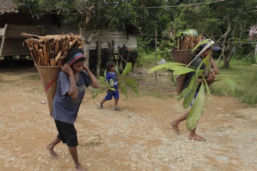 Para wanita Huaulu yang baru kembali dari berkebun