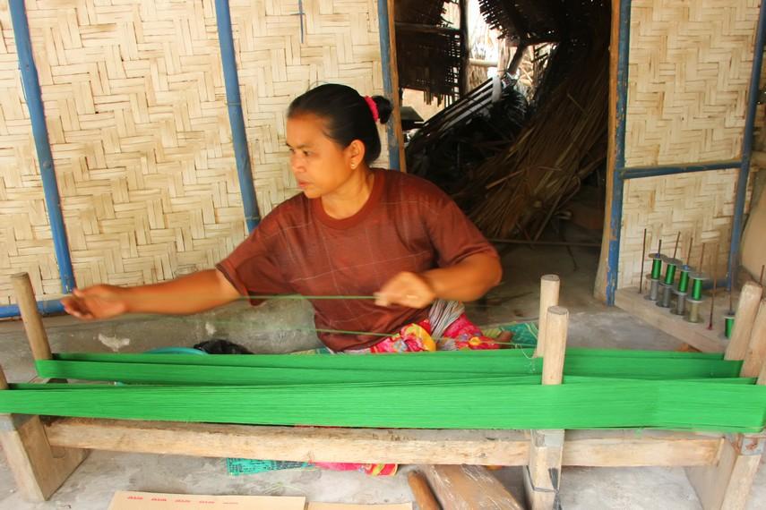 Para wanita di desa ini dibekali keterampilan membuat kain sejak dari usia belia