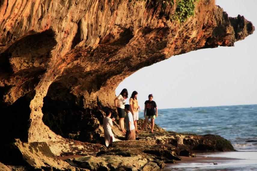 Para wisatawan terlihat menikmati suasana di Pantai Baron