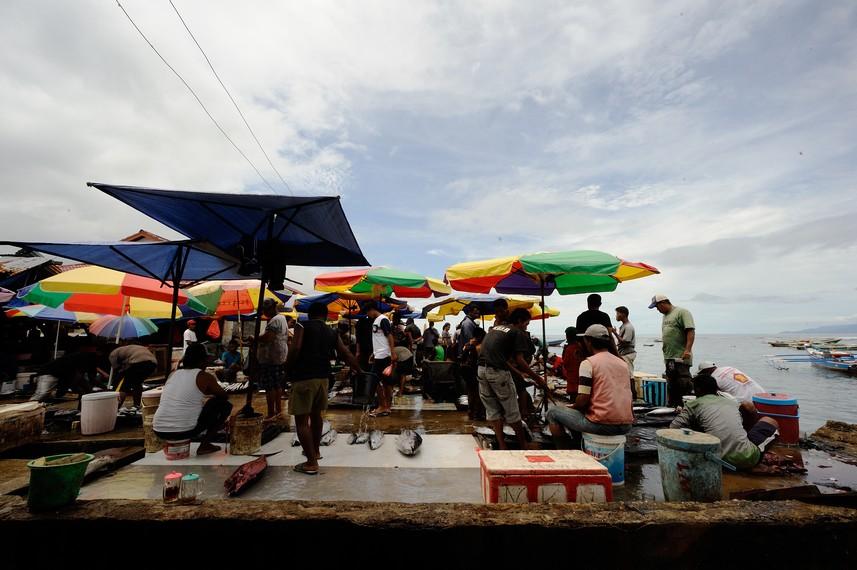 Pasar Ikan Hamadi terletak di tepi laut
