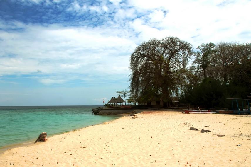 Hamparan pasir putih membuat Pulau Samalona terlihat eksotis