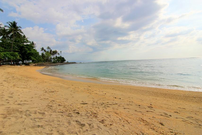 Pasirnya yang bewarna putih kecokleatan menjadi salah satu ciri khas dan daya tarik Pantai Senggigi