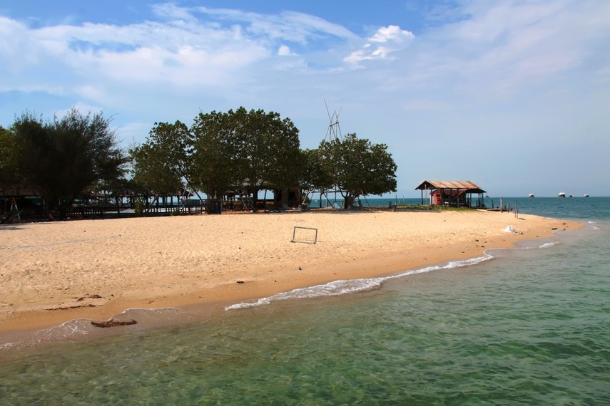 Merasakan hangatnya pasir dan air laut di Pulau Khayangan yang masih terasa alami