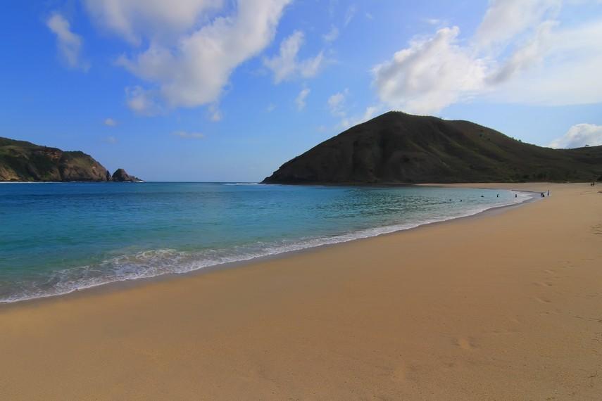 Pasir di Pantai Mawun terbentang hingga mencapai 3 km