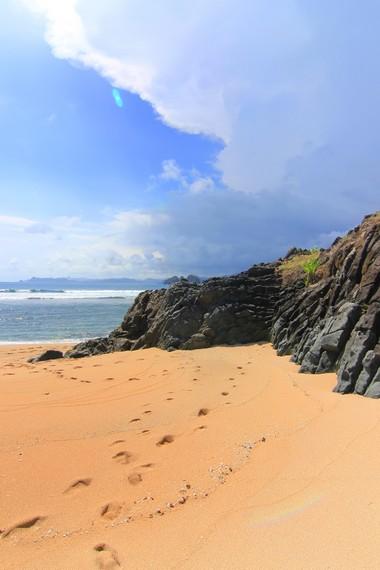 Pasir di pantai ini berwarna cokelat dan terlihat sangat unik bila dibandingkan dengan pantai yang lain