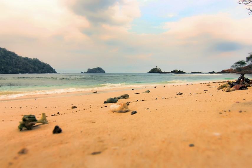 Pasir putih dan pantai menjadi teman setia yang menemani pengunjung di Teluk Kiluan